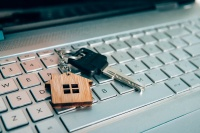 «Деньги уйдут не туда»: как распознать фейки при онлайн-сделках с жильем